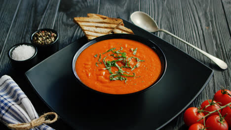 Tomato-soup-in-bowl-with-crisp-bread