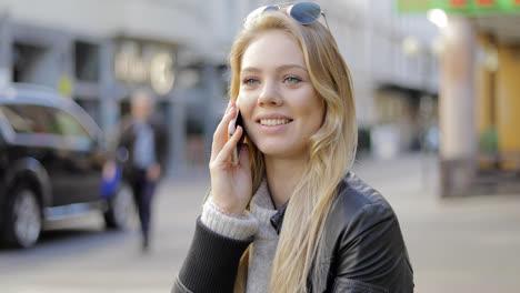 Linda-Mujer-Hablando-Por-Teléfono
