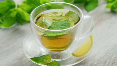 Cup-of-green-tea-with-mint-and-lemon