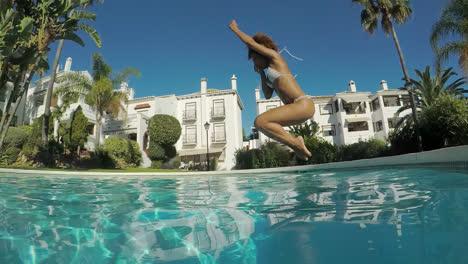 Mujer-Saltando-En-La-Piscina