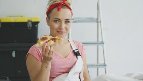 Mujer-Sonriente-En-Monos-Comiendo-Pizza-Sabrosa