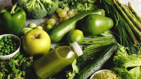 Verduras-Orgánicas-Antioxidantes-Verdes-Frutas-Y-Hierbas-Colocadas-Sobre-Piedra-Gris