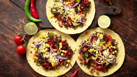 Tortillas-De-Maíz-Saludables-Con-Carne-De-Res-A-La-Parrilla-Pimientos-Picantes-Frescos-Tomates-Con-Queso
