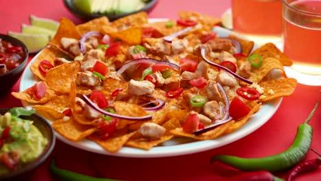 Un-Plato-De-Deliciosos-Nachos-De-Tortilla-Con-Salsa-De-Queso-Derretido-Pollo-A-La-Parrilla