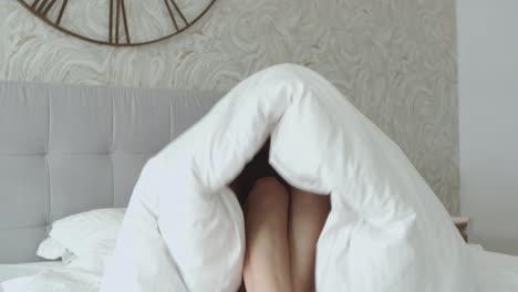 Joven-Mujer-Alegre-Y-Feliz-Jugando-Al-Escondite-Debajo-De-Su-Edredón