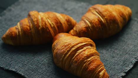 Fresh-croissants-placed-on-napkin