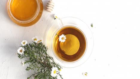 Tasse-Tee-Und-Eine-Schüssel-Honig
