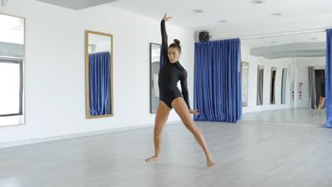 Leidenschaftliche-Tänzerausbildung-Im-Studio