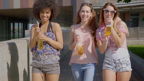 Mujeres-Caminando-Y-Tomando-Cerveza