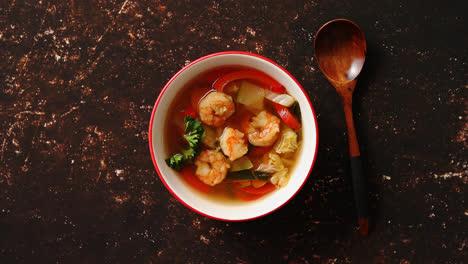 Tradicional-Sopa-Tailandesa-Picante-Tom-Yum-Con-Camarones