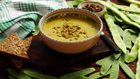 Sopa-De-Crema-De-Guisantes-Verdes-En-Un-Tazón-Gris