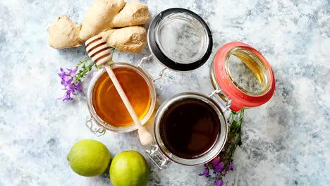 Tabla-De-Alimentos-Saludables-Con-Diferentes-Tipos-De-Miel,-Jengibre-Fresco-Y-Lima