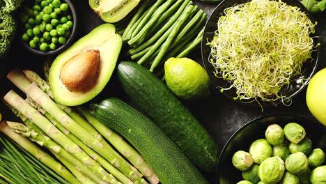 Composición-De-Alimentos-Saludables-Verdes-Con-Batido-De-Manzana-Brócoli-Y-Aguacate