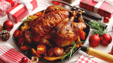 Pollo-Entero-Asado-O-Pavo-Servido-En-Sartén-De-Hierro-Con-Decoración-Navideña