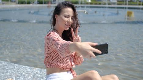 Hübsches-Und-Sexy-Mädchen-Macht-Ein-Selfie-Foto-Mit-Ihrem-Handy