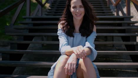 Adorable-Mujer-Morena-Sentada-En-Las-Escaleras-Al-Aire-Libre