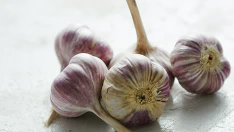 Heap-of-unpeeled-garlic-bulbs