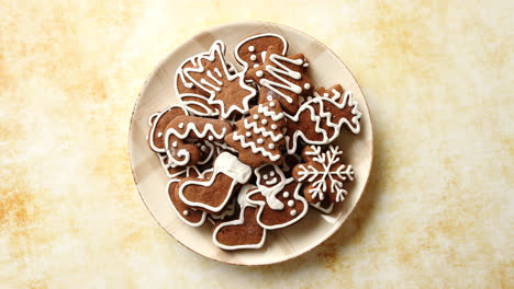 Gingerbread-cookies-in-various-Christmas-theme-shapes-on-plate