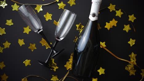 Copas-Y-Botella-De-Champagne-Con-Serpentinas-Doradas-Y-Confeti