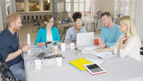Grupo-De-Personas-Colaborando-En-La-Oficina
