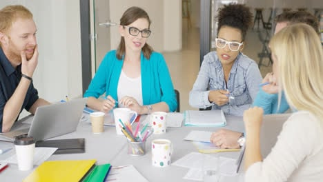 Young-women-and-men-working-in-office