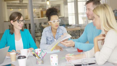 Hombre-Compartiendo-Documentos-Con-Compañeros-De-Trabajo