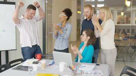 Compañeros-De-Trabajo-Alegres-Celebrando