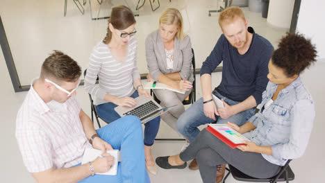 Personas-Discutiendo-Planes-De-Trabajo-Y-Estrategias