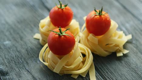 Racimos-De-Pasta-Con-Tomates-Mojados