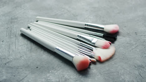 Heap-of-cosmetic-modern-brushes