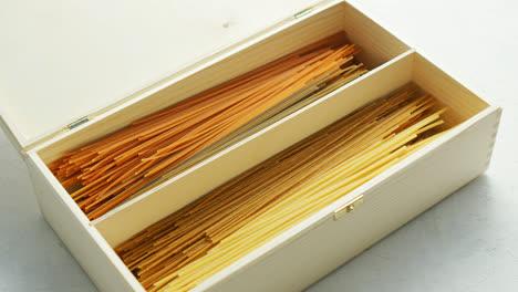 Espagueti-Crudo-Colocado-En-Caja