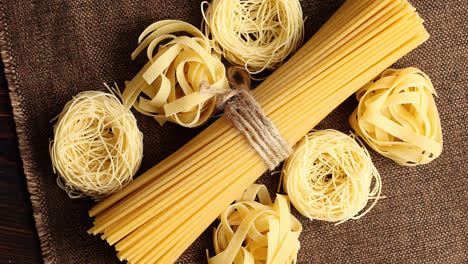 Top-view-of-uncooked-spaghetti-in-bunch