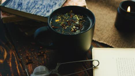 Tasse-Tee-Zwischen-Büchern