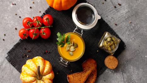 Sopa-De-Calabaza-Con-Pan-Y-Verduras