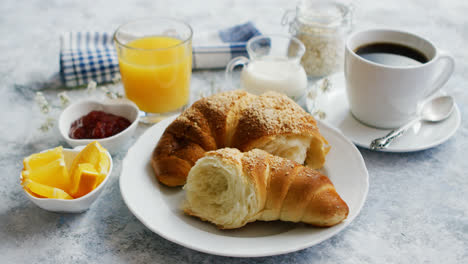 Serviertes-Frühstück-Mit-Getränken-Und-Croissant
