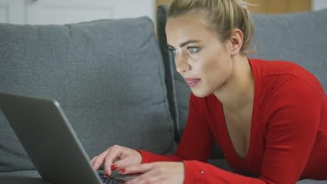 Konzentrierte-Frau-Tippt-Auf-Laptop