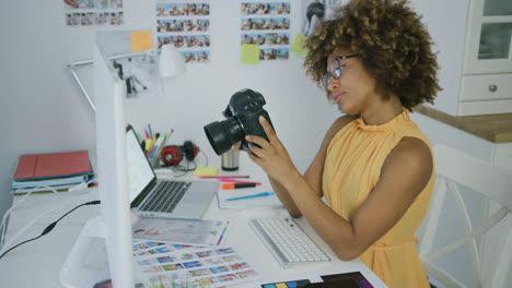 Junge-Frau-Die-Fotos-Vor-Der-Kamera-Erforscht