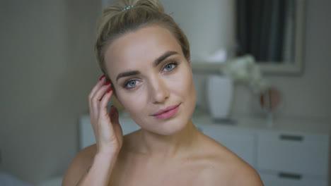 Hermosa-Mujer-Ajustando-El-Cabello-En-El-Baño