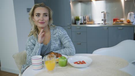 Mujer-Soñando-Durante-El-Desayuno