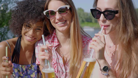 Cheerful-young-girls-having-beer
