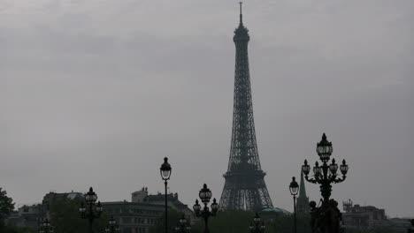 París-Torre-Eiffel-Desde-París-Pont-Alexandre-Iii-Cielo-Sombrío-Con-Farolas