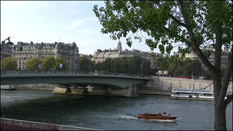 Paris-Seine-with-boats