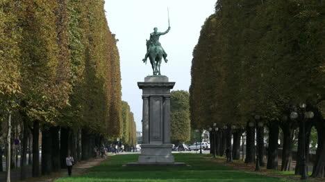 Paris-LaFayette-statue-zooms-in
