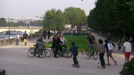 Paris-recreation-by-Seine-with-bicyles-and-skate-boards