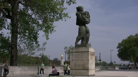 Paris-people-walk-by-statue