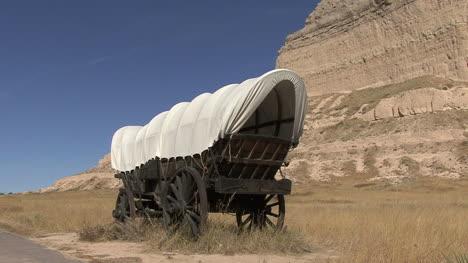 Nebraska-covered-wagon-parked-at-Scotts-Bluff