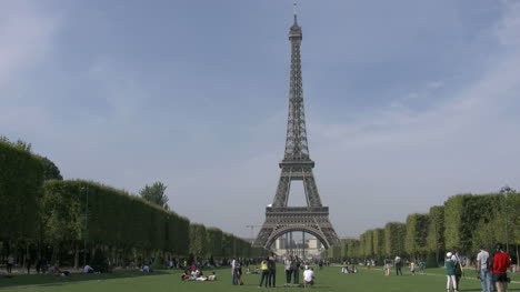Paris-Eiffel-Tower-with-people-in-park