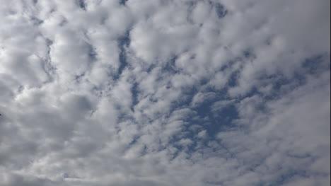 Formaciones-De-Nubes-Con-Pájaro-Volador