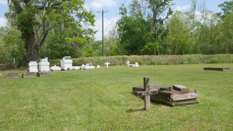 Louisiana-county-cemetery-with-tombstones