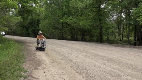 Luisiana-Hombre-Y-Scooter-En-Camino-De-Ripio